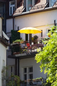 Abschalten, sonnen, gärtnern: Ein eigener Balkon hat für viele Mieter einen hohen Stellenwert. Doch die Freiheit auf Balkonien ist nicht grenzenlos.
