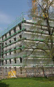 Die städtische Wohngesellschaft baut ein Wohngebäude, das in seiner Konstruktion sehr verschlankt und damit äußerst kostengünstig ist.
